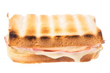 Einzelner Schinken-Käse-Toast von vorne auf weißem Hintergrund