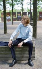 Mann mit Anzug im Park