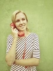 Vintage Frau telefoniert mit Telefon