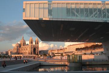Cathédrale et maison de la Méditerranée au soleil couchant