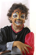 jeune garçon maquillé en tigre