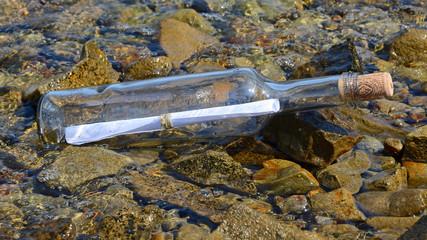 flaschenpost am strand