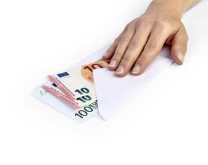 Hand auf Euro Geldkuvert
