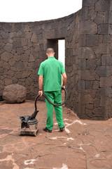 operario limpiando el suelo