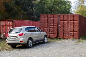 Автомобиль около транспортных контейнеров