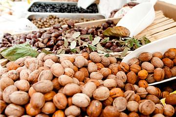 Nocciole e castagne al mercato