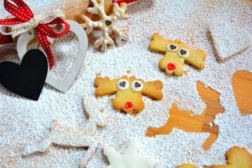 Weihnachtsplätzchen mit Puderzucker