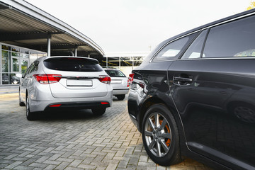 Parkplatz eines Autohauses