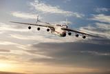 Grossraumfrachtflugzeug über den Wolken
