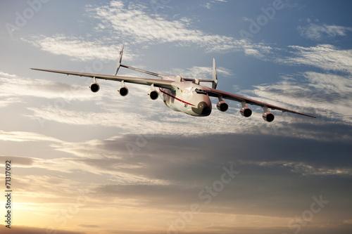 Grossraumfrachtflugzeug über den Wolken - 71317092