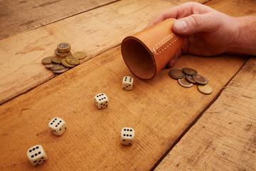 Glückspiel mit Würfeln um Geld