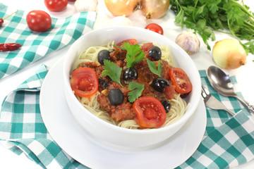 Spaghetti alla puttanesca mit Tomaten