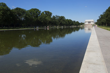 Reflecting pool and lincoln memorial in Washington,