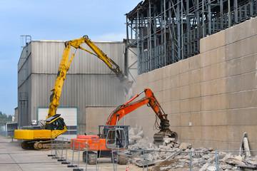 Bagger beim Abriß einer alten Fabrik