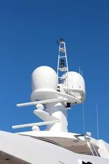 Antennes,radomes,radars et feux de signalisation sur un yacht
