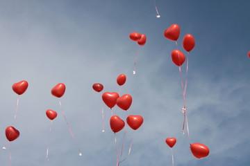 Herzförmige rote Luftballons