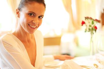 Frau im edlen Restaurant