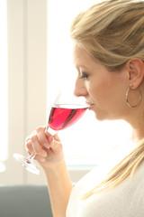 Frau mit Weinglas