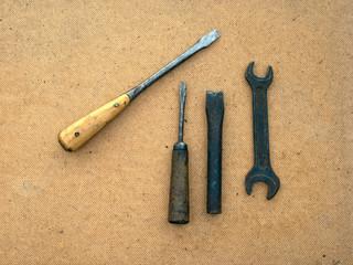 Две отвёртки, зубило и гаечный ключ