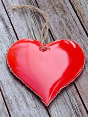 Rotes Herz auf rustikalem Holz
