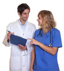 Arzt und Krankenschwester besprechen die Diagnose