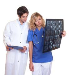 Arzt und Krankenschwester schauen Röntgenbild an