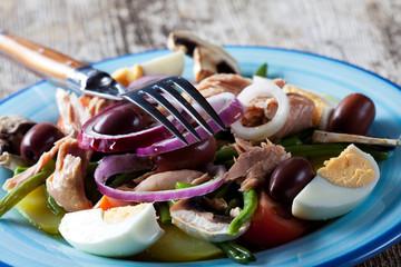 französischer Salat Nicoise auf einem Teller