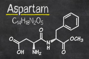 Schiefertafel mit der chemischen Formel von Aspartam