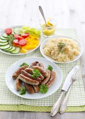 Nürnberger Bratwurst mit Sauerkraut und frischem Gemüse
