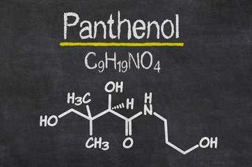 Schiefertafel mit der chemischen Formel von Panthenol