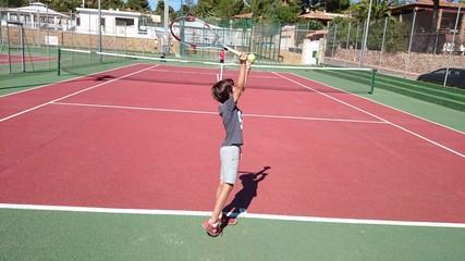 Niños jugando al tenis