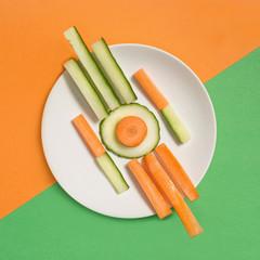 Geometrisches Arrangement von Gemüsestücken auf Teller
