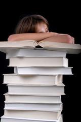 Enfant dormant sur une pile de livres blanc 01