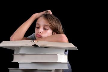 Enfant s'ennuyant sur une pile de livres blanc