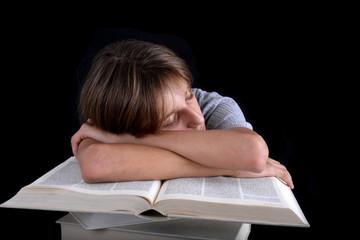 Enfant dormant sur une pile de livres blanc 02