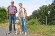 Senioren wandern mit Labrador Retriever