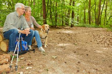 Paar Senioren im Wald mit Hund