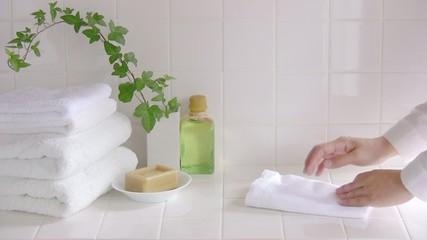 タオルを畳む手元1