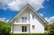 canvas print picture - weißes Einfamilienhaus im Sommer