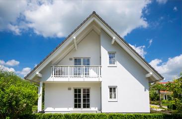 weißes Einfamilienhaus im Sommer