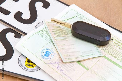 Leinwandbild Motiv Autopapiere, Autoschlüssel und Kennzeichen