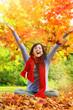 Frau im Herbst freudig