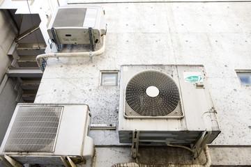 古いエアコンの室外機
