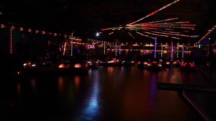 Boxautos bei Nacht im Discolicht