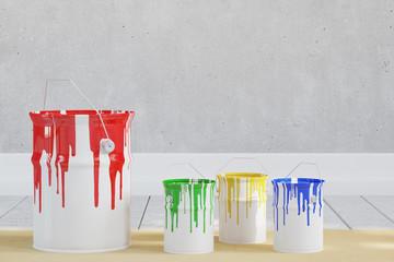 Eimer mit verschiedenen Farben vor Wand