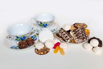 чашки блюдца и печенье сладости