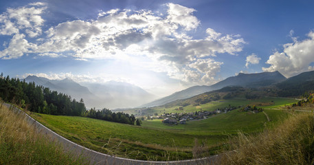 Panorama di montagna con paese