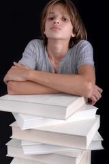 Lecture - Enfant accoudé à une pile de livres