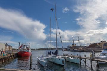 Trimaran im Hafen