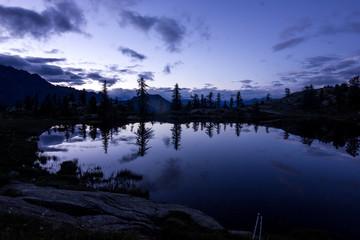 Panorama serale su lago di montagna